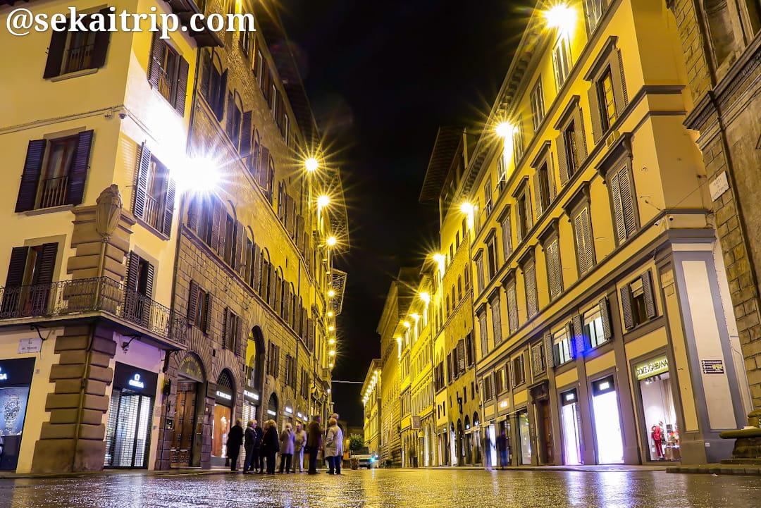 23時頃のトルナブオーニ通り(Via de' Tornabuoni)