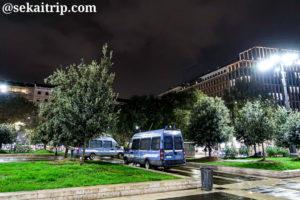 ドゥーカ・ダオスタ広場の警察車両(23時30分頃)