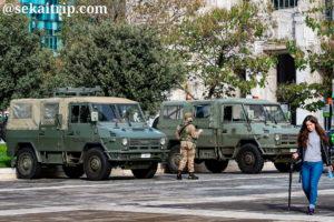 ドゥーカ・ダオスタ広場を警備している軍人