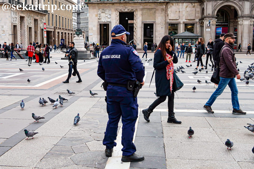 ドゥオーモ広場を警備している警察官