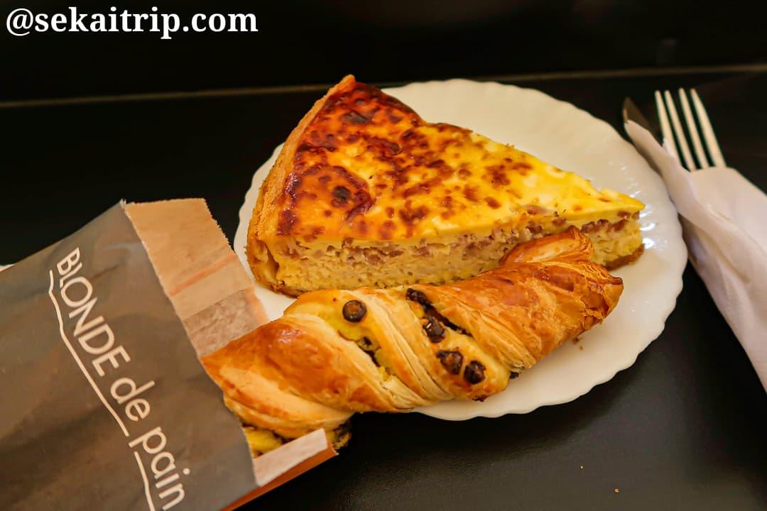パリのパン屋さんで食べたパンとオムレツ