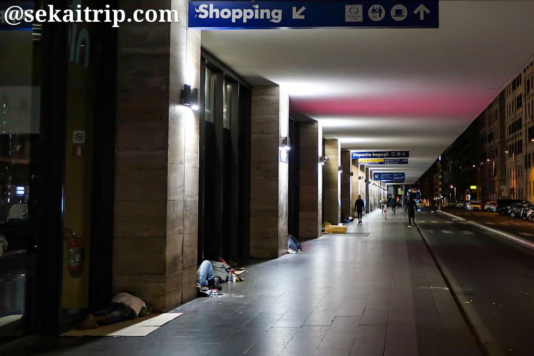 テルミニ駅沿いはホームレスの寝床