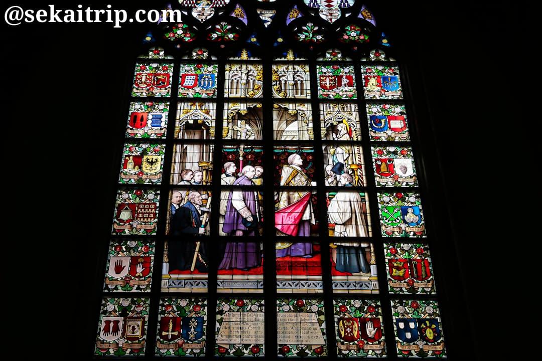 デシャン大司教によるルルドの聖母像の献身のステンドグラス