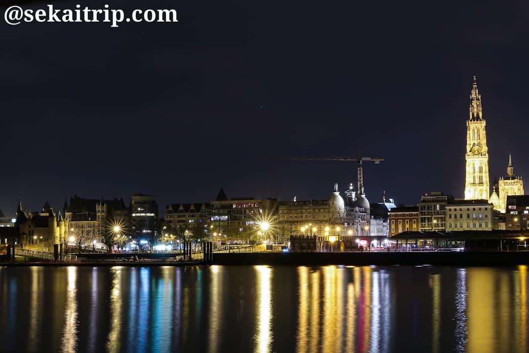 スヘルデ川沿いから撮影したアントワープ中心部の夜景