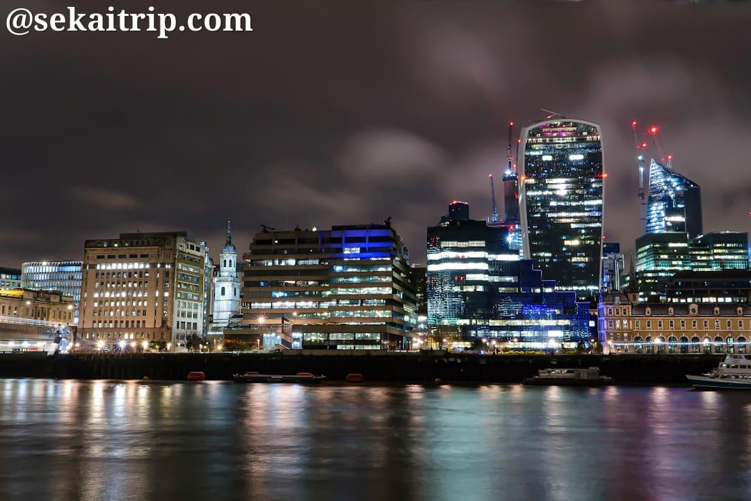 クイーンズ・ウォーク(The Queen's Walk)から撮影した夜景