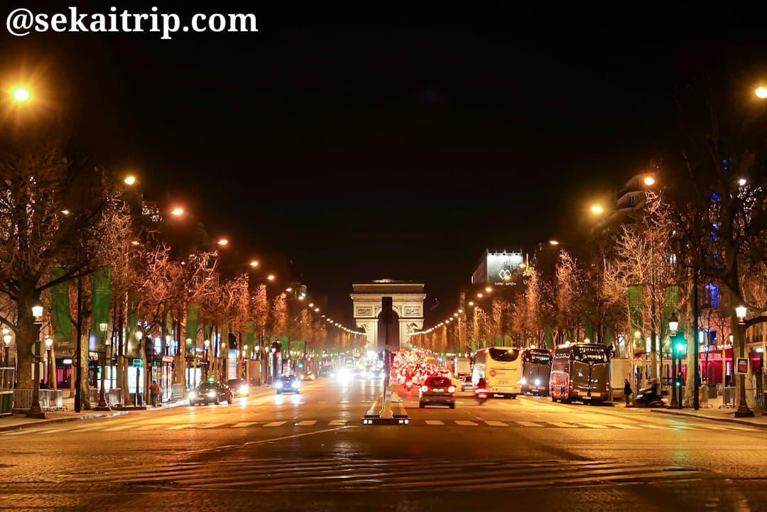 シャンゼリゼ通りと凱旋門の夜景