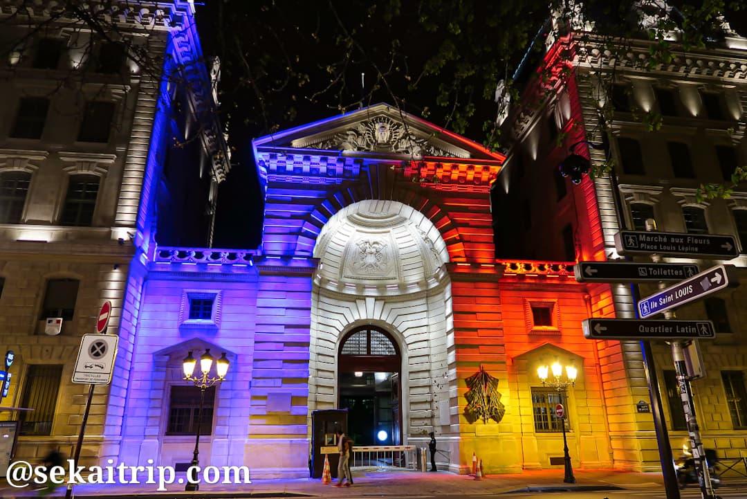 パリ警視庁本部のライトアップ