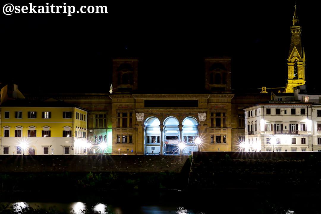 夜に撮影したフィレンツェ国立中央図書館