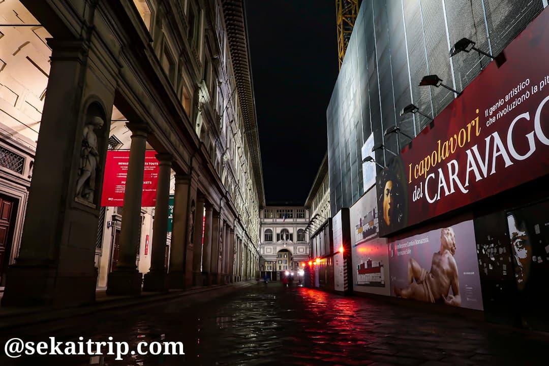 夜に撮影したウフィツィ美術館(Galleria degli Uffizi)