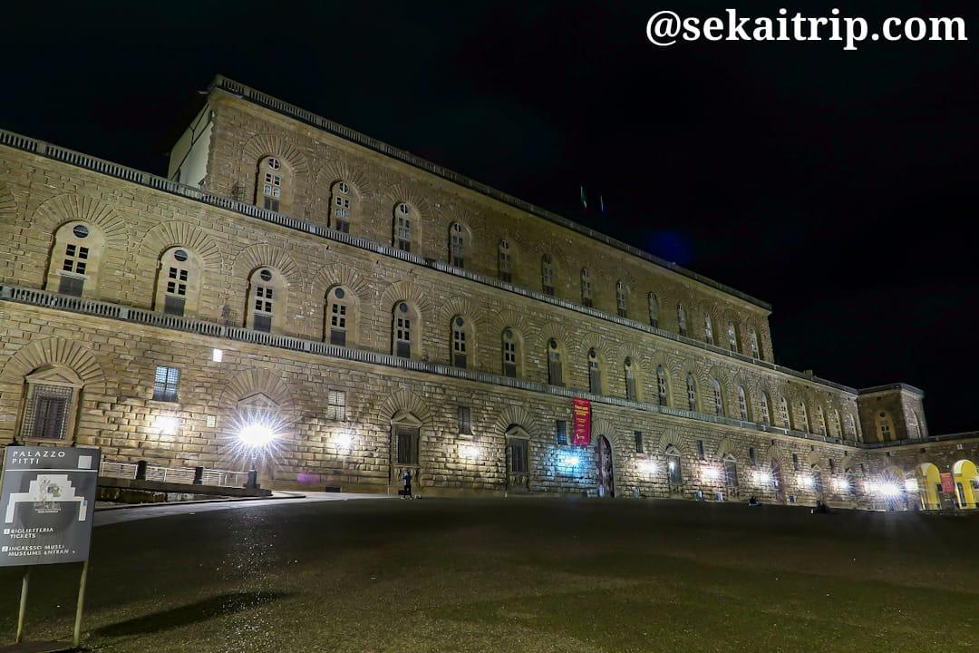 夜に撮影したピッティ宮殿(Palazzo Pitti)