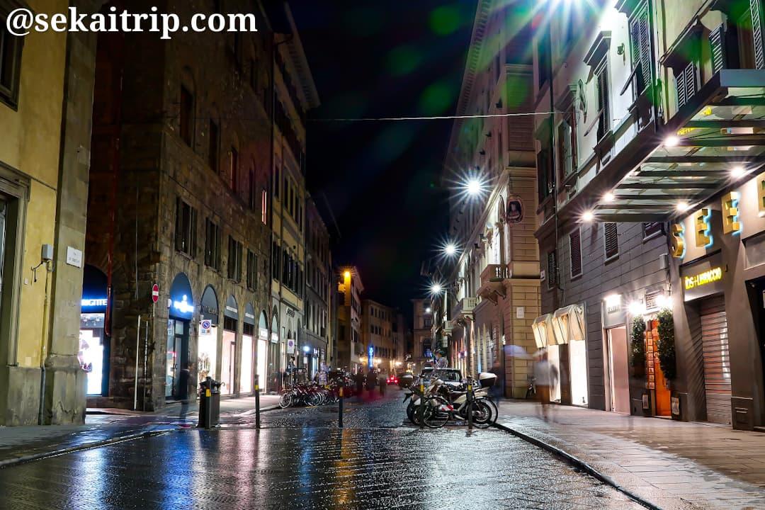 夜のチェッレターニ通り(Via de' Cerretani)