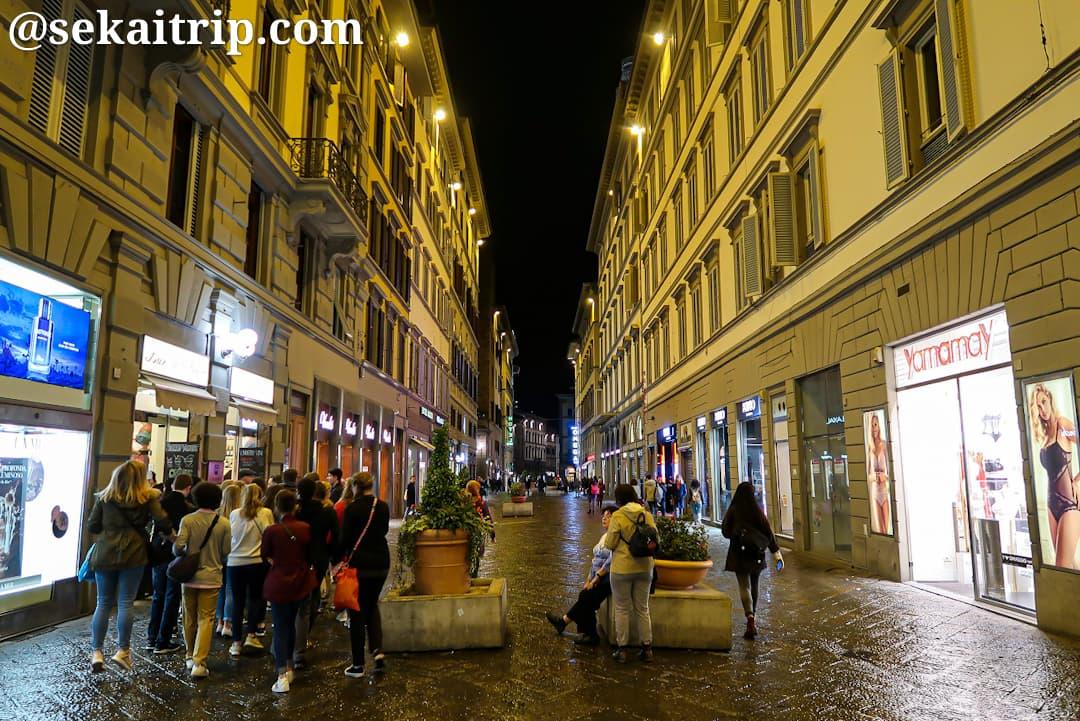夜のカルツァイウオリ通り(Via dei Calzaiuoli)
