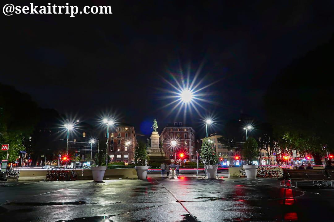 夜に撮影したカイローリ広場(Largo Cairoli)周辺