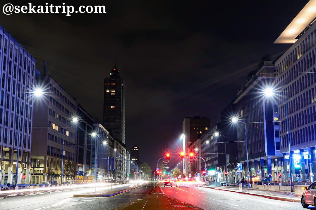 夜に撮影したヴィットル・ピザーニ通り(Via Vittor Pisani)