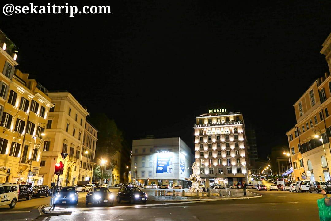 夜のバルベリーニ広場(Piazza Barberini)