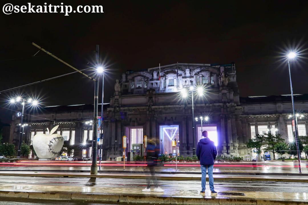 夜に撮影したミラノ中央駅(Stazione Centrale di Milano)