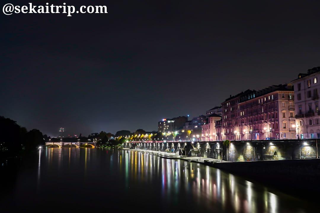 トリノにあるヴィットリオ・エマヌエーレ1世橋の南側の夜景