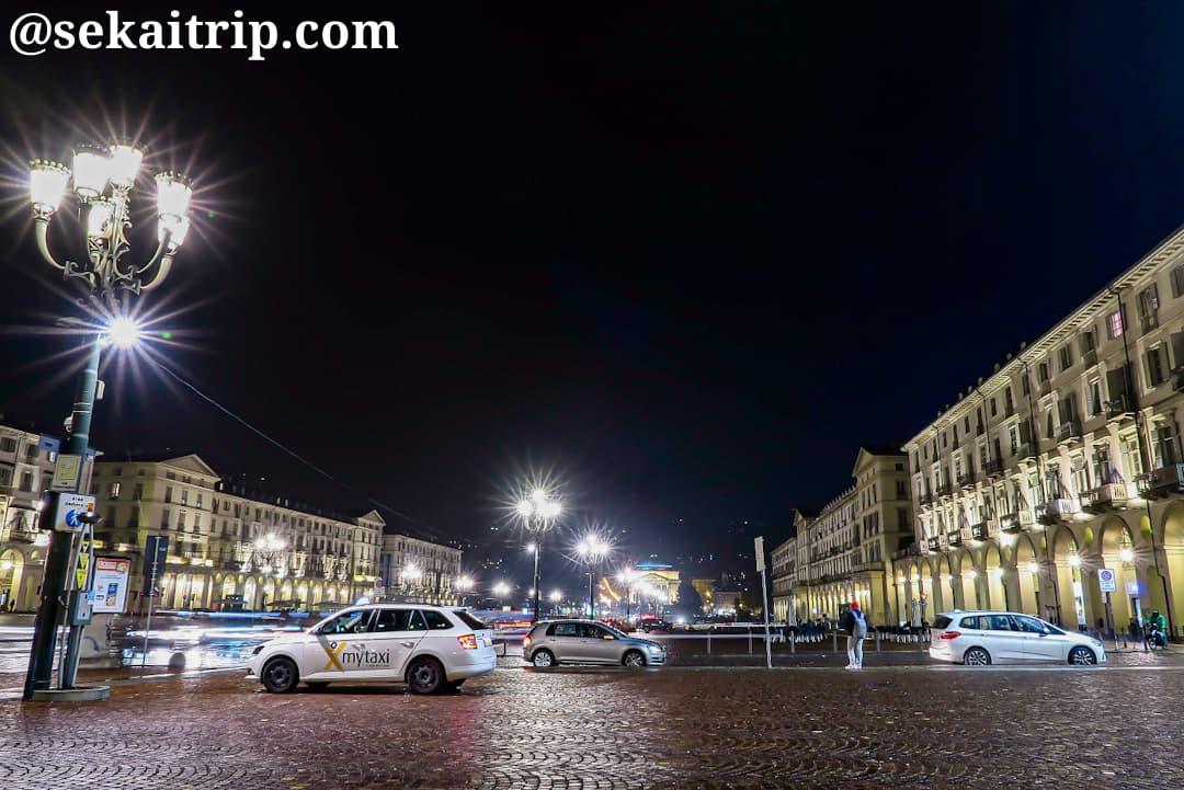 ヴィットリオ・ヴェネト広場(Piazza Vittorio Veneto)の夜景