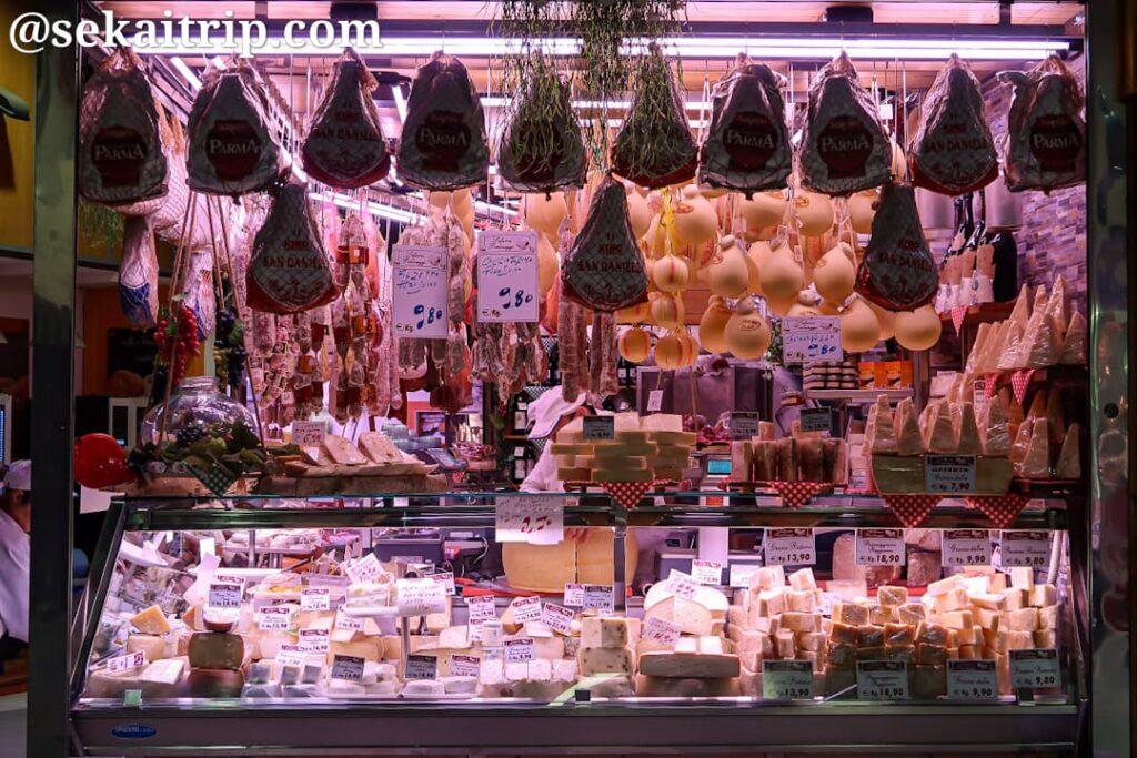 ポルタ・パラッツォ市場(Mercato di Porta Palazzo)のチーズ屋さん