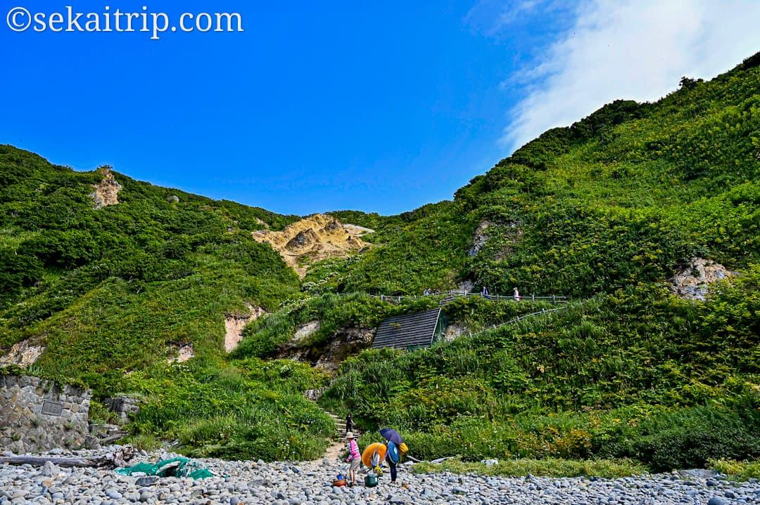 島武意海岸から見た遊歩道側の景色